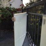 Balkonsichtschutz Farbbeschichtetes Glas - mit Tür