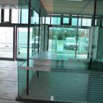 Verkaufsbox mit Schiebetüren und Grünem Glas